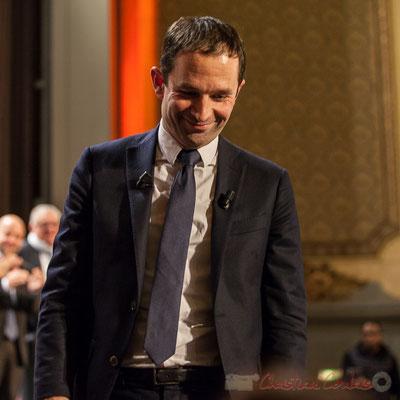 Benoît Hamon descend de scène pour retrouver son public. Théâtre Fémina, Bordeaux. #benoithamon2017