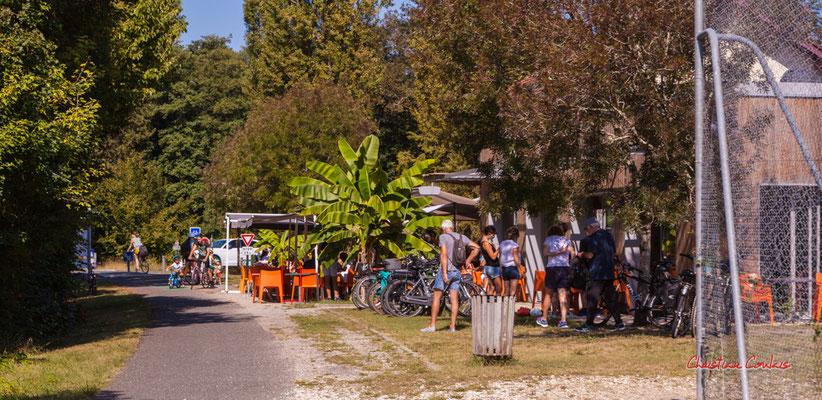 """""""Ancienne gare de Lignan-de-Bordeaux, bar-restaurant"""" De Sadirac à l'ancienne gare de Citon-Cénac; 5km. Ouvre la voix, dimanche 5 septembre 2021. Photographie © Christian Coulais"""