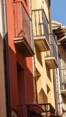 Façades ocre et jaune de maisons, Olite, Navarre / Ocre y fachadas amarillas de casas, Olite, Navarra