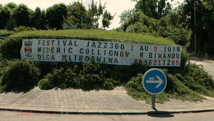 Banderole rond-point Avenue de Bordeaux à Cénac, annoçnant le Festival JAZZ360. 01/06/2011