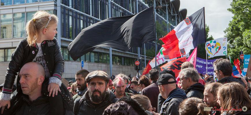 Le drapeau noir aux vents, et le drapeau français au logo de JML2017. Manifestation du 1er mai 2017, avec la France Insoumise, cours d'Albret, Bordeaux