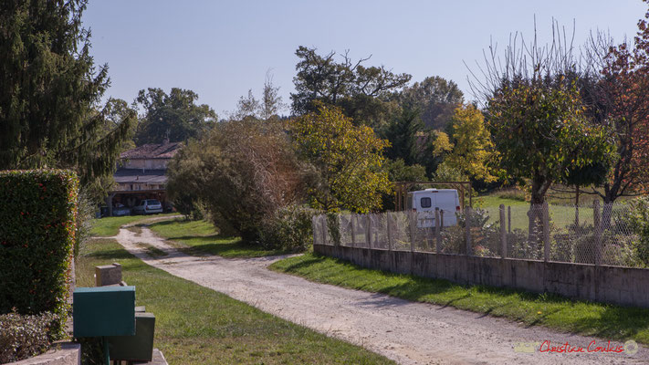 Au fond, les anciens bâtiments agricole du domaine de Gratian. Avenue du bois du moulin, Cénac, Gironde. 16/10/2017
