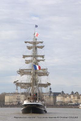 I Le Belem poursuit sa voix navigable vers les quais ou l'attendent des milliers de spectateurs. Bordeaux, samedi 16 mars 2015