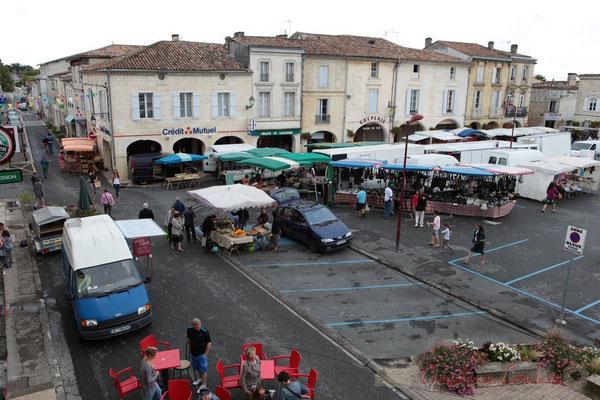 9h00, il n'y aura pas plus de commerçants ambulants, allons les filmer de plus près ! Marché de Créon, Gironde