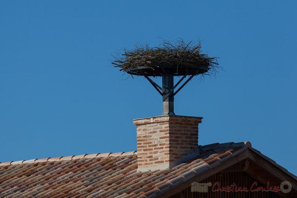 Nid de cigogne sur le toit de la ferme du Domaine de Graveyron, Audenge, espace naturel sensible de Gironde