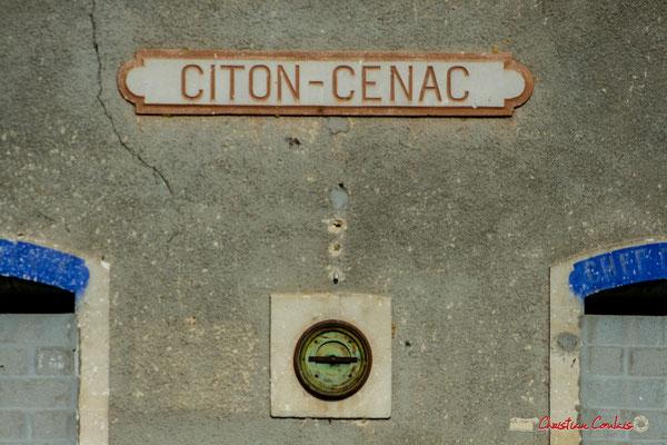 Sur le mur de la gare de Citon-Cénac, le nom de l'arrêt, l'horloge, l'entrée gauche pour les voyageurs, l'entrée gauche pour le chef de gare. Cénac, 14/04/2009