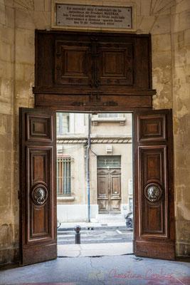 """17 Hall de la double entrée de l'Hôtel de ville d'Arles """"Plaque commémorative Frédéric Mistral"""""""
