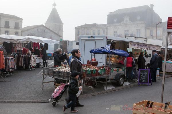 Notre-Dame-de-Créon et la Mairie toujours dans le brouillard, Créon, Gironde