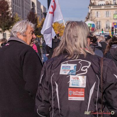 """Motarde insoumise """"Macron Président des riches"""" """"Non au coup d'état social"""" """"Phi la France insoumise"""" Manifestation intersyndicale contre les réformes libérales de Macron. Cours d'Albret, Bordeaux, 16/11/2017"""