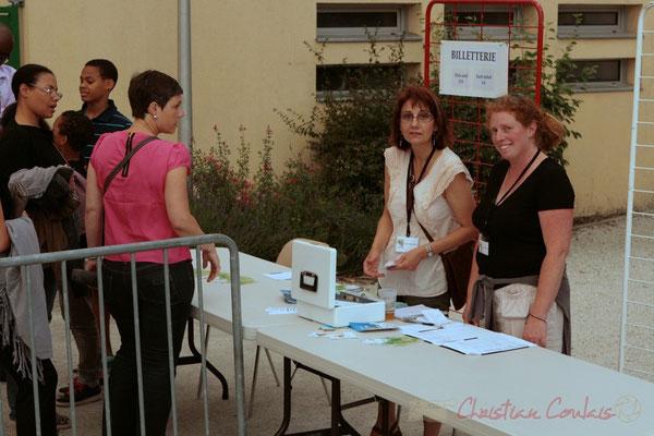 Ouverture de la billeterie avec Martine Mercadal et Catherine Courrèges. Festival JAZZ360 2011, Cénac. 03/06/2011