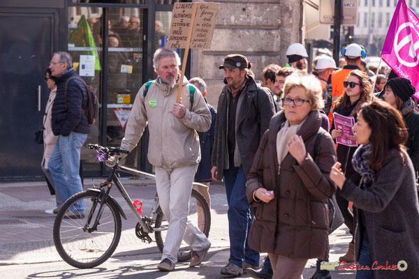 """15h11 """"Que feriez-vous si votre revenu était garanti à vie ?"""" Manifestation intersyndicale de la Fonction publique/cheminots/retraités/étudiants, place Gambetta, Bordeaux. 22/03/2018"""