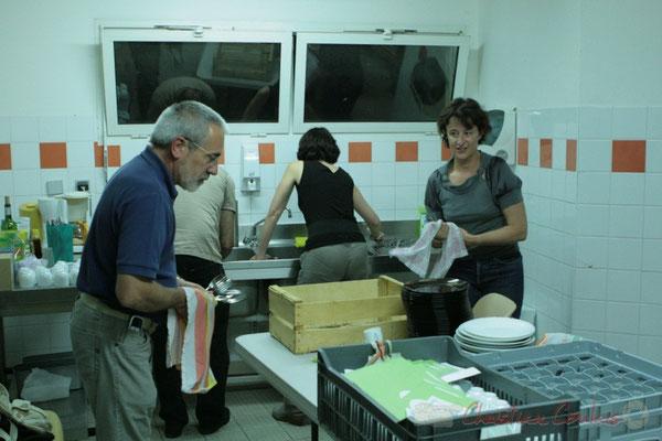 Jean-Luc Camiliéri et Nathalie Vidal, ainsi que d'autres bénévoles nettoient les couverts, pour une manifestation durable en limitant les déchets. Festival JAZZ360, Cénac. Vendredi 3 juin 2011