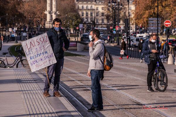 """""""Laissez les enfants repirer normalement, merci pour eux"""" Manifestation contre la loi Sécurité globale."""