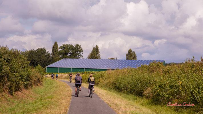 Hangar photovoltaïque, XXIème siècle. De Saint-Brice à Frontenac; 7km. Ouvre la voix, samedi 4 septembre 2021. Photographie © Christian Coulais