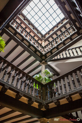 Rez-de-chaussé, escalier avec balustrade et différentes colonnes torsadées / Planta baja, escalera con balaustrada y varias columnas retorcidas. Palacio de Ongay-Vallesantoro, Sangüesa, Navarra