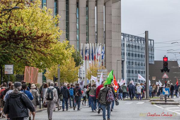 La France Insoumise passe devant l'Hôtel de Région Nouvelle-Aquitaine. Manifestation contre la réforme du code du travail. Rue François de Sourdis, Bordeaux, 12/09/2017