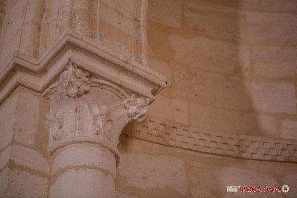 Détail d'un chapiteau de l'abside et départ du cordon décoratif de billettes. Eglise Saint-André, Cénac. 11/05/2018