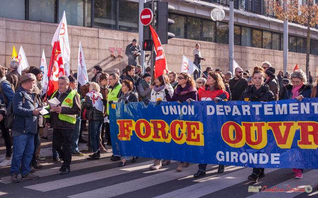 FO passe devant les militants la France insoumise. Manifestation intersyndicale contre les réformes libérales de Macron. Cours d'Albret, Bordeaux, 16/11/2017