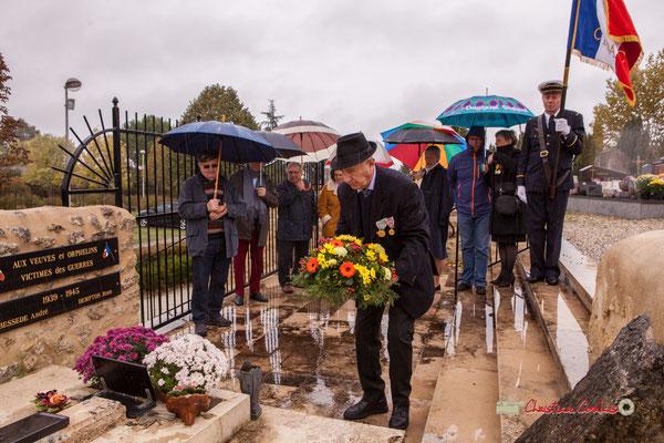 Dépôt de gerbe par Gilbert Grimaud, Président des Anciens combattants sur la tombe de l'Abbé Henry Péquignot, fondateur de l'Union des Anciens Combattants de Cénac. Commémoration de l'Armistice du 11 novembre 1918 à Cénac, ce lundi 11 novembre 2019.