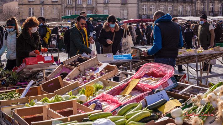 """2/3 """"Etal de fruits et légumes"""" Marché Saint-Michel, Bordeaux. Samedi 6 mars 2021. Photographie © Christian Coulais"""