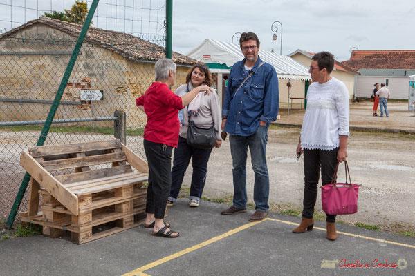 Huguette Fossat présente la création de bancs recyclés, réalisés par les jeunes et le C.C.A.S. Haux, 4 juin 2017