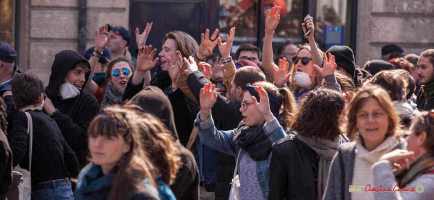 14h44 Lycéens/étudiants en chanson de gestes. Manifestation intersyndicale de la Fonction publique/cheminots/retraités/étudiants, place Gambetta, Bordeaux. 22/03/2018