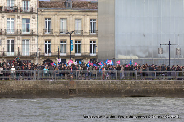 Des milliers de spectateurs présents pour l'inauguration du pont Chaban-Delmas. Bordeaux, samedi 16 mars 2015