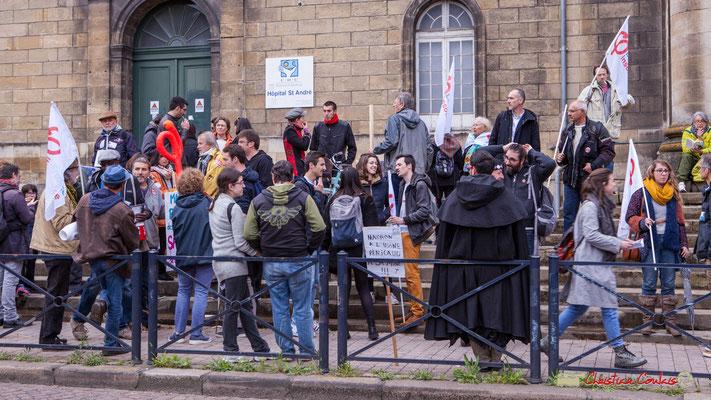9h54 Petit à petit les groupes se forment, ici Loïc Prud'homme et la France insoumise. Place de la République, Bordeaux. 01/05/2018