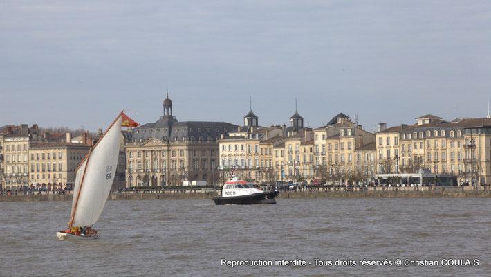 La yole le Seil et la vedette-pilote, avec en arrière-plan la Bourse maritime et le quai louis XVIII. Bordeaux, samedi 16 mars 2013