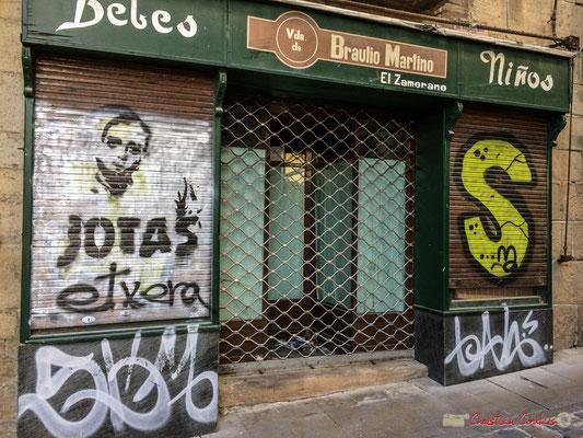 Magasin fermé, à la façade taggée / Tienda cerrada, con fachada etiquetada. 1 Calle Mayor, Tafalla, Navarra