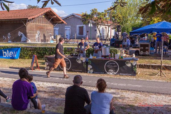Les balances d'Axelle and the mec(s), station vélo de Créon. Ouvre la voix, samedi 4 septembre 2021. Photographie © Christian Coulais