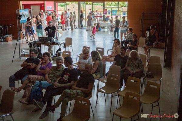 La salle est tellement chaude (27 à 30°), bon nombre sont en extérieur ! Concert de soutien des Insoumis de la 12ème circonscription de la Gironde. 28/05/2017, Targon