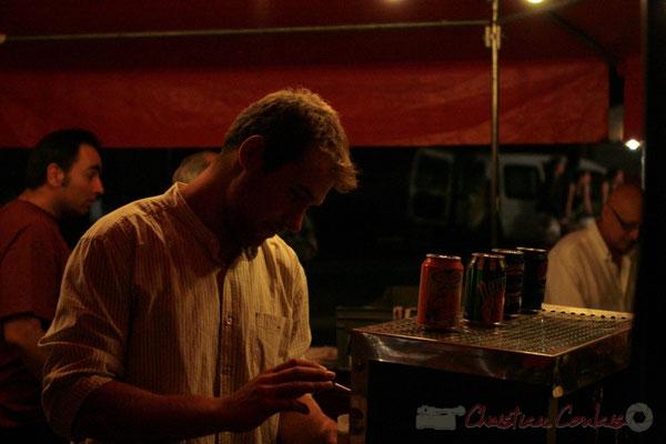 Après-concert de Roger Biwandu Quintet, Jérôme Subra, château du Garde, sert  à la buvette. Festival JAZZ360, Cénac. Vendredi 3 juin 2011