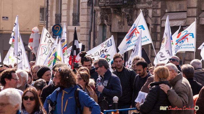 15h03 Des centaines de manifestants arrivent encore place Gambetta. Manifestation intersyndicale de la Fonction publique/cheminots/retraités/étudiants, Bordeaux. 22/03/2018