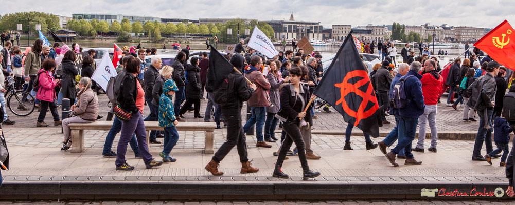 11h38 Les drapeaux des militants commencent à se croiser, après une heure de marche 1/3. Place de la Bourse, Bordeaux. 01/05/2018