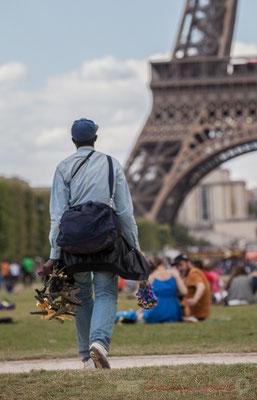 Vendeur de souvenirs, Paris  7ème