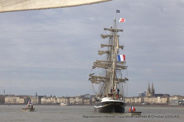 D Le Belem poursuit sa voix navigable vers les quais ou l'attendent des milliers de spectateurs. Bordeaux, samedi 16 mars 2015