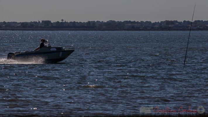 Sortie d'un bateau du port d'Audenge par le chenal. Domaine de Graveyron, Audenge.