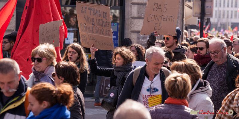 """14h49 """"Pas content.e.s""""; Philippe Poutou, ouvrier Ford Blanquefort. Manifestation intersyndicale de la Fonction publique/cheminots/retraités/étudiants, place Gambetta, Bordeaux. 22/03/2018"""