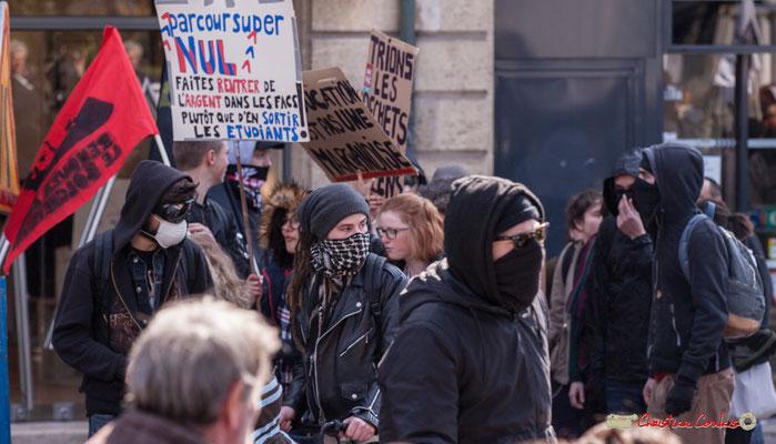 """14h42 """"L'éducation n'est pas une marchandise"""" """"Trions les déchets, pas les gens"""". Manifestation intersyndicale de la Fonction publique/cheminots/retraités/étudiants, place Gambetta, Bordeaux. 22/03/2018"""