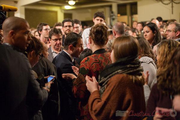 1 Sollicité de toute part, Benoît Hamon réponds à chacun. Théâtre Fémina, Bordeaux. #benoithamon2017