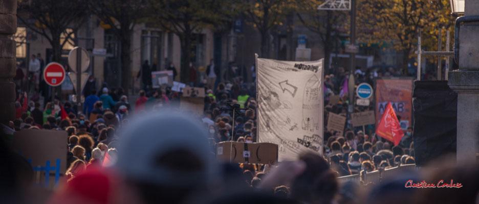 """""""Drone noir"""" Manifestation contre la loi Sécurité globale. Samedi 28 novembre 2020, cours Victor Hugo, Bordeaux. Photographie © Christian Coulais"""