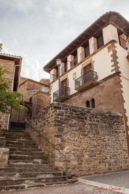 Maison de maître au blason baroque et escalier vers l'église / Mansión escudo barroco y escaleras a la iglesia Santa María de la Asunción. Liédena, Navarra