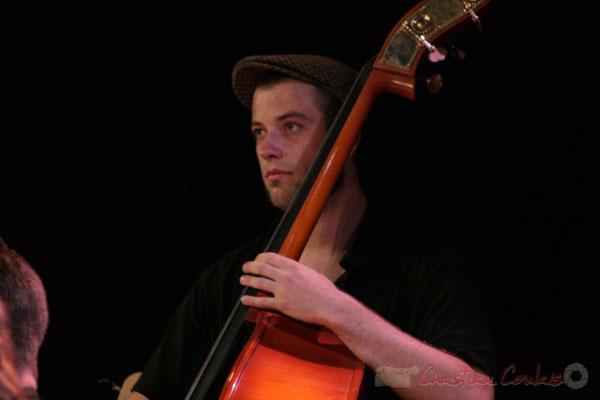 Contrebassiste, Big Band du Conservatoire Jacques Thibaud, section MMA. Festival JAZZ360, Cénac. 03/06/2011