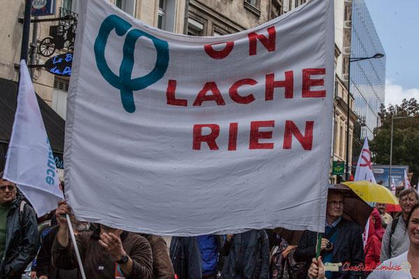 """""""On lâche rien"""" (surtout quant on est porte-bannière) Manifestation contre la réforme du code du travail. Rue Georges Bonnac, Bordeaux, 12/09/2017"""