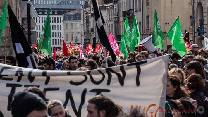 14h28, au fil du temps, les syndicats étudiants, ouvriers, employés et quelques partis de gauche envahissent la Place Gambetta