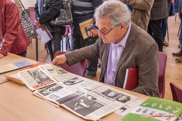 """Denis Lopez, Maire de Pompignac lit Bordeaux Actualités de 1982. Sortie et dédicace du livre """"Le jour où..."""" de Jean-Marie Darmian, Créon. 14/10/2017"""