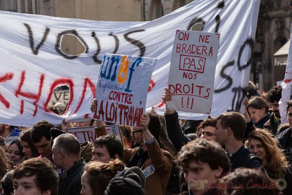 """14h26, """"UNEF, le syndicat étudiant contre la loi travail"""", """"On ne bradera pas nos droits"""". Place Gambetta"""