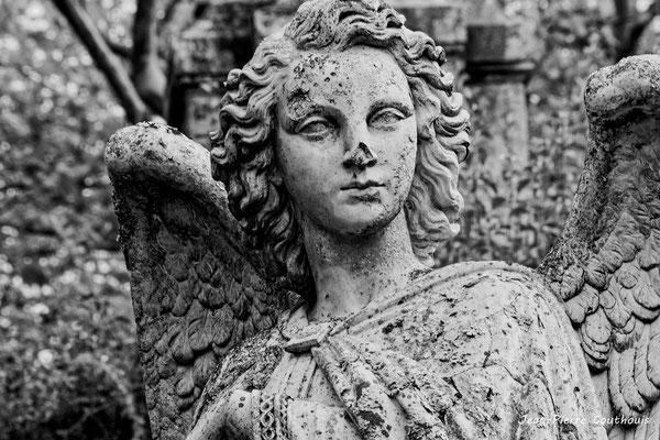 Un des deux anges, calvaire de Verdelais (1855-1868). 28/09/2019. Photographie © Jean-Pierre Couthouis