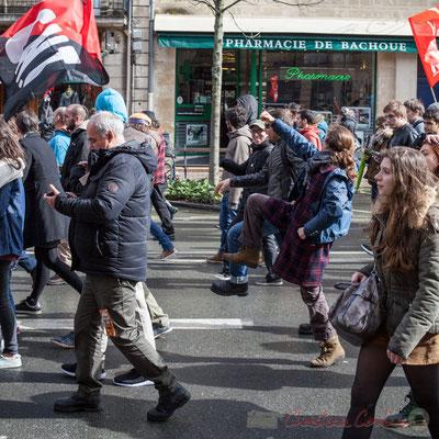 14h59, C.N.T. poing levé, (dé)marche enjouée !  Manifestation du 9 mars 2016, à Bordeaux